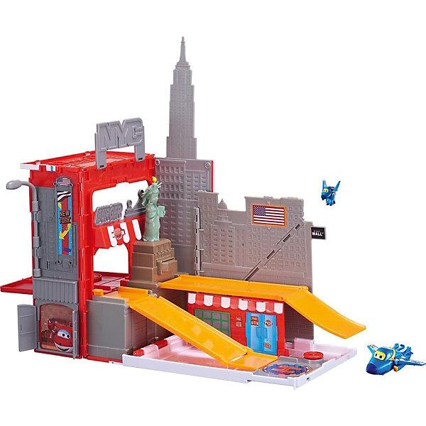 Игровой набор Auldey Супер Крылья Джером в Нью-ЙоркеПарковки и гаражи<br>Характеристики товара:<br><br>• возраст: от 3 лет;<br>• комплект: игровая площадка и мини- трансформер Джером;<br>• материал: пластик;<br>• упаковка: картонная коробка;<br>• размер упаковки: 37,5 x 18 x 27 см..;<br>• вес: 1,4 кг.;<br>• наименование бренда:Giochi Preziosi;<br><br>Игровой набор «Джером в Нью-Йорке» из серии «Супер крылья» позволит создать целую игровую площадку с большим количеством участников. <br><br>Высокоскоростной истребитель Джером прилетел в Нью-Йорк. Большой игровой набор включает в себя всё, что нужно весёлому и подвижному Джерому: горки, вращающуюся площадку, навес, где можно надёжно укрыться на ночь и даже канализационный люк, который крутиться с помощью маленького руля. И, конечно, не обошлось без Статуи Свободы с секретом. Поставь Джерома на площадку, нажми на голову знаменитому монументу и Джером задорно скатиться по горке с самый центр города. <br><br>В комплект входит игровая площадка и мини- трансформер Джером. Каждая деталь набора выполнена из высококлассного пластика, имеет сглаженные углы и оригинальный яркий дизайн.<br><br>Игровой набор  «Станция Донни» из серии «Супер крылья» от Giochi Preziosi можно купить в нашем интернет-магазине.<br>Ширина мм: 375; Глубина мм: 178; Высота мм: 273; Вес г: 1440; Возраст от месяцев: 36; Возраст до месяцев: 60; Пол: Мужской; Возраст: Детский; SKU: 7923200;