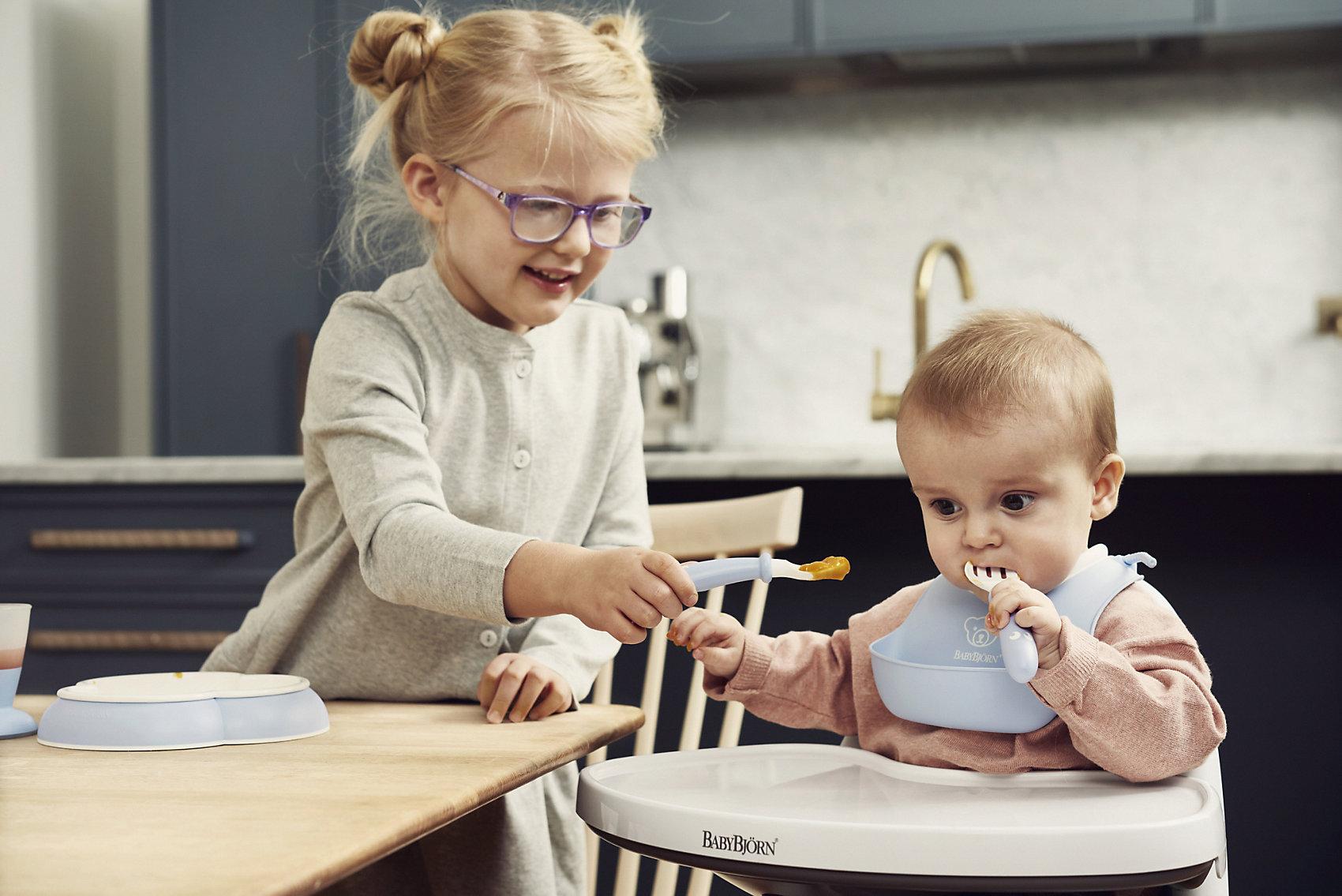Becher und Lätzchen BabyBjörn Esslernset mit Kinderbesteck blassgrün Schale