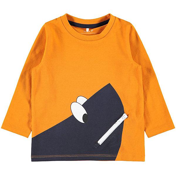 Футболка с длинным рукавом Name it для мальчикаФутболки с длинным рукавом<br>Характеристики товара:<br><br>• цвет: оранжевый<br>• состав: 95% хлопок, 5% эластан <br>• сезон: демисезон<br>• футболка с длинным рукавом<br>• декорирована принтом <br>• страна бренда: Дания<br><br>Свободная футболка с длинным рукавом не будет сковывать движений, а качественная и приятная ткань не вызовет раздражений. На внутренней стороне воротника есть контрастная полоса чистоты. Спереди принт и карман-обманка на молнии.