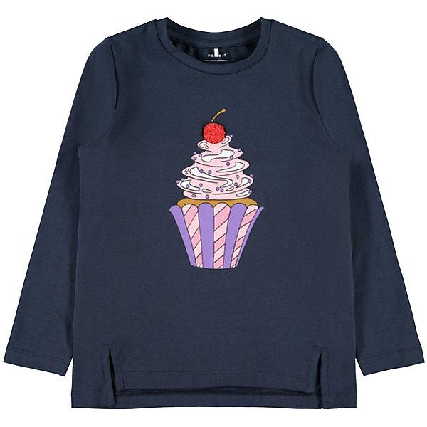 Футболка с длинным рукавом Name it для девочкиФутболки с длинным рукавом<br>Характеристики товара:<br><br>• цвет: тёмно-синий<br>• состав: 95% хлопок, 5% эластан <br>• сезон: демисезон<br>• футболка с длинным рукавом<br>• декорирована принтом <br>• страна бренда: Дания<br><br>Яркая футболка с необычным принтом спереди. Некоторые детали рисунка покрыты пушистым материалом. Длинные рукава и свободный крой не будут сковывать движений ребёнка. Боковые швы косые, внизу заканчиваются небольшими разрезами, а линия спинки чуть удлинена.