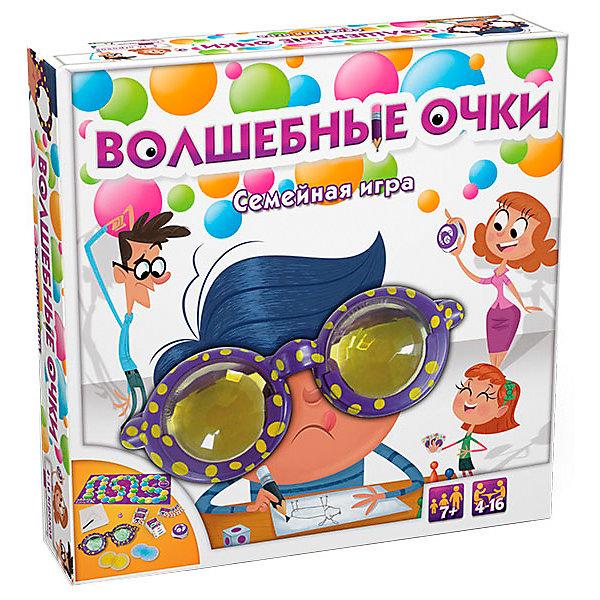 Настольная игра Goliath Волшебные очкиДля всей семьи<br>Характеристики товара:<br><br>• материал: пластик, картон<br>• в комплекте: игровое поле, 4 фишки, таймер, 162 карточки, очки, 3 вида линз, блокнот, карандаш, кубик, инструкция<br>• количество игроков: 4-16<br>• упаковка: картонная коробка<br>• вес в упаковке: 730 гр<br>• размер упаковки: 27х6х27 см<br>• страна бренда: Нидерланды<br><br>Для начала игры участники делятся на две команды. Все игроки по очереди бросают кубик и передвигают фишку на столько ходов, сколько выпало. Цвет поля, куда попала фишка означает какие линзы нужно выбрать игроку. Голубой цвет – сложные линзы, зелёный – лёгкие, а жёлтый – средние. После чего нужно вытянуть карточку из колоды, но не показывать её другим. Посмотрев на изображение сквозь цветную линзу нужно нарисовать на листочке в блокноте объект, при этом нельзя разговаривать и использовать мимику. Другие члены команды должны угадать что нарисовано на листочке. Выигрывает тот, кто первым дошёл до финиша.