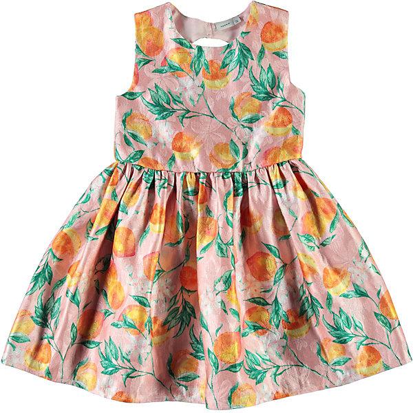 Платье Name itЛетние платья и сарафаны<br>Характеристики товара:<br><br>• состав ткани: 100% полиэстер<br>• сезон: лето<br>• застёжка: пуговицы, молния<br>• платье без рукавов<br>• страна бренда: Дания<br><br>Платье застёгивается на спине на две пуговки, ниже идёт короткая молния для более лёгкого надевания. Между ними образуется овальный вырез. Прорези для рук и горловина не натирают. От линии талии идёт отрезная юбка в складку. Декорировано принтом.