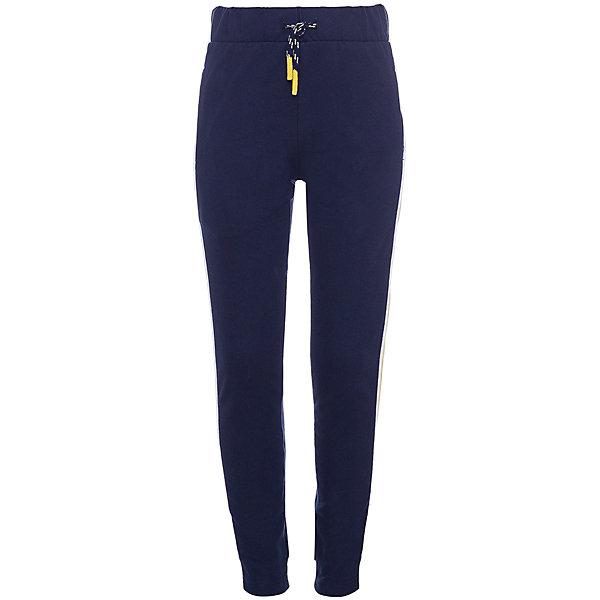 Спортивные брюки Name it для мальчикаБрюки<br>Характеристики товара:<br><br>• состав ткани: 100% хлопок<br>• сезон: демисезон<br>• застёжка: брюки на резинке<br>• эластичные манжеты<br>• карманы<br>• страна бренда: Дания<br><br>Спортивные брюки прямого кроя из натурального и дышащего материала обладают хорошей воздухопроницаемостью и мягкие на ощупь. Комфортная посадка и удобный крой не стесняют при движениях. Манжеты не позволят брючинам перекручиваться по время носки, а завязки не талии отрегулируют обхват. Декорированы контрастными деталями.
