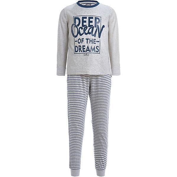 Пижама Gulliver для мальчикаПижамы и сорочки<br>Характеристики товара:<br><br>• состав ткани: 95% хлопок, 5% эластан<br>• сезон: круглый год<br>• в комплекте: футболка, брюки<br>• страна бренда: Россия<br><br>Футболка с длинными рукавами декорирована шрифтовым принтом. Вырез горловины круглой формы с контрастной окантовкой. Брюки с мелкую полоску дополнены манжетами по низу штанин, которые предотвращают перекручивание изделия. Пижама обладает дышащими свойствами и хорошо тянется.