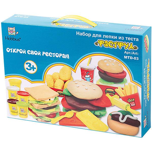 Набор для лепки из теста Hobbius ФастфудНаборы для лепки игровые<br>Характеристики:<br><br>• в комплекте: 5 баночек, 2 формочки для сэндвичей, 3 шаблона для вырубки, скалка, ложка, меню, 2 стаканчика с крышками и трубочками, 2 чашки, шприц, 4 насадки, 3 стекла,  4 заготовки для упаковки готовых блюд, заготовка для колпачка продавца, двусторонний скотч<br>• материал: пшеница, вода, пластик, бумага<br><br>С набором маленький кулинар может творить разнообразные сладости и выпечку. Тесто выполнено из натуральных материалов, легко отмывается водой и не оставляет следов.