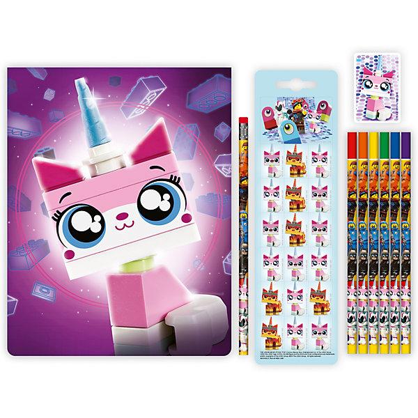 Канцелярский набор LEGO Movie 2: Unikitty, 10 предметовКанцелярские наборы<br>Характеристики:<br><br>• материал: бумага, винил, резина, дерево<br>• серия: Unikitty<br>• в наборе: альбом, лист с наклейками, ластик, простой карандаш, 6 цветных карандашей<br>• страна бренда: Дания<br><br>Рисование - это не только увлекательный, но также и полезный процесс для развития творческих способностей, а с набором канцелярсиких принадлежностей каждый может воплотить свои идеи в альбоме. Все карандаши в комплекте украшены изображениями героев из мультфильма LEGO: Movie 2. Изделия не заточены. Сверху простого карандаша находится твердый резиновый ластик, а у цветных карандашей обозначены цвета.