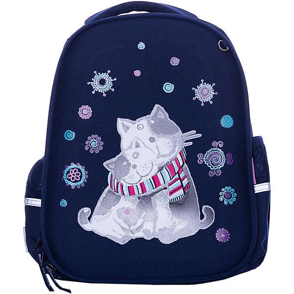 Рюкзак Bruno Visconti Танчики, темно-зеленыйРюкзаки<br>Характеристики товара:<br><br>• материал: полиэстер<br>• размер рюкзака: 38х30х20 см<br>• объем: 22,8 л<br>• вес: 970 г<br>• особенности: эргономичная спинка, анатомические лямки, светоотражающие элементы <br><br>Рюкзак для учеников младших и средних классов. Эргономичная спинка оснащена вентилируемыми подушечками, она обеспечивает правильное положение позвоночника. Регулируемые лямки анатомической формы делают комфортным ежедневное ношение и не натирают плечи. Плечевой ремешок плотно фиксирует рюкзак на спине.<br><br>У рюкзака два отделения для школьных принадлежностей. В переднем отделении органайзер и сетчатый карман, во втором отделении — три отсека с перегородками, карман для мелочей или карточки. Сбоку сетчатые карманы для бутылочки или контейнера с перекусом. На дне резиновые ножки, защищающие от попадания влаги. Светоотражающие вставки делают безопасным перемещение ребенка в темное время суток. Изделие выполнено из морозостойкого прочного водонепроницаемого материала.