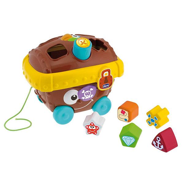 Сортер Пиратский сундук, ChiccoРазвивающие игрушки<br>Сортер Пиратский сундук, Chicco (Чико) – это то, что нужно для начального обучения ребенка.<br>Сортер Пиратский сундук от Chicco (Чико) самый настоящий центр развития. Ведь, играя с ним, ребенок выучит разнообразные цвета, разные геометрические фигуры. С этим игровым набором весело проводить, вкладывая в соответствующие отверстия шесть ярких игрушек с украшениями. Веревочка и колесики помогут перевозить сундук в удобное для малыша место. Игрушка в забавной игровой форме поможет развить мелкую моторику рук, повысить координацию, а так же правильно соотносить форму пазов с формой игрушек. Изготовлена из высококачественного пластика будет отличным развлечением, как дома, так и на улице.<br><br>Дополнительная информация:<br><br>- Материал: высококачественный пластик<br>- Размер: 20,5x16x17,5см.<br>- Вес: 0,481 кг.<br><br>Сортер Пиратский сундук, Chicco (Чико) можно купить в нашем интернет-магазине.<br>Ширина мм: 331; Глубина мм: 213; Высота мм: 187; Вес г: 664; Возраст от месяцев: 9; Возраст до месяцев: 36; Пол: Унисекс; Возраст: Детский; SKU: 3587130;