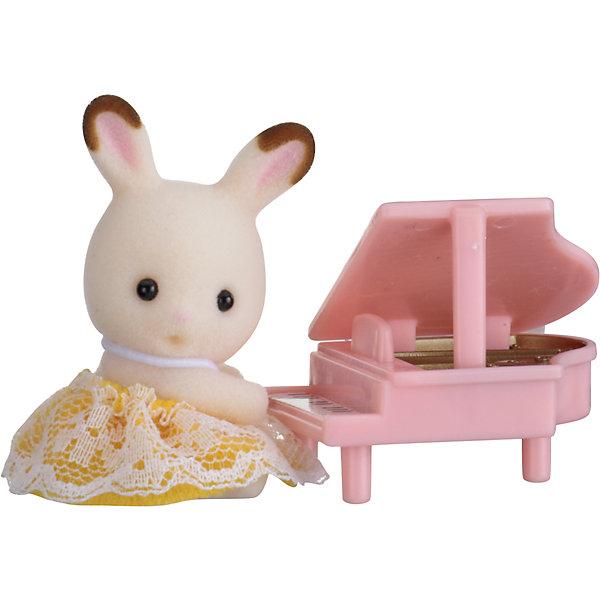 Набор Младенец в пластиковом сундучке  (кролик и рояль), Sylvanian FamiliesИгровые фигурки животных<br>Sylvanian Families (Сильваниан Фэмилис) - целый мир, в котором живут маленькие милые зверята -  кролики, белки, медведи, лисы и многие другие. У каждого из них есть дом. Познакомься с малышом-кроликом, он еще совсем маленький, но уже учится играть на рояле. Игрушка прекрасно подходит для сюжетно-ролевых игр детей, развивает социальные навыки, мелкую моторику и воображение. Все детали набора выполнены их высококачественных, нетоксичных безопасных материалов. <br><br>Дополнительная информация:<br><br>- Комплектация: малыш-кролик, рояль.<br>- Материал: пластик, текстиль, флок.<br>- Голова и лапки поворачиваются.<br><br>Набор Младенец в пластиковом сундучке  (кролик и рояль), Sylvanian Families (Сильваниан Фэмилис), можно купить в нашем магазине.