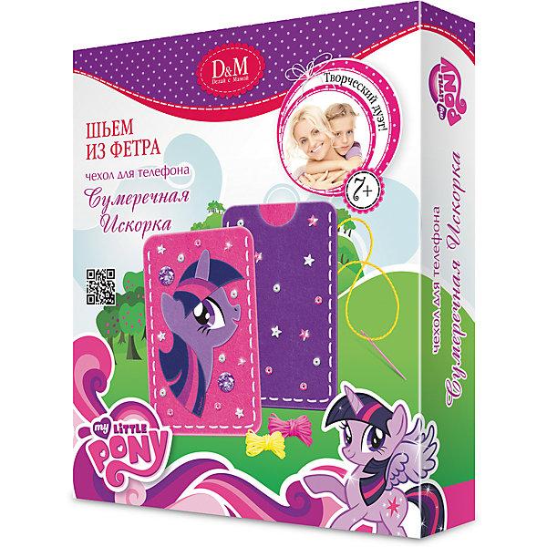 Набор Шьем чехол для телефона Сумеречная Искорка, My Little PonyНовогодние наборы для творчества<br>Набор Шьем чехол для телефона Сумеречная Искорка, My Little Pony – это увлекательный набор для творчества.<br>Набор Шьем чехол для телефона Сумеречная Искорка, My Little Pony поможет маленьким рукодельницам познакомиться с основами шитья и своими руками сделать чехол для мобильного телефона. Соединить фетровые детали легко, так как они специально перфорированы так, чтобы их было легко сшивать безопасной пластиковой иголкой. Детали для декора чехла включают симпатичную аппликацию с изображением Сумеречной Искорки, стразы и пайетки.<br><br>Дополнительная информация:<br><br>- В наборе: фетровые детали, нитки, стразы, пайетки, безопасная игла, подробная инструкция<br>- Материал: текстильные материалы (в т.ч. фетровые детали), пластмасса<br>- Размер упаковки: 180x150x30 мм.<br><br>Набор Шьем чехол для телефона Сумеречная Искорка, My Little Pony можно купить в нашем интернет-магазине.<br>Ширина мм: 180; Глубина мм: 150; Высота мм: 30; Вес г: 824; Возраст от месяцев: 60; Возраст до месяцев: 2147483647; Пол: Женский; Возраст: Детский; SKU: 4418943;
