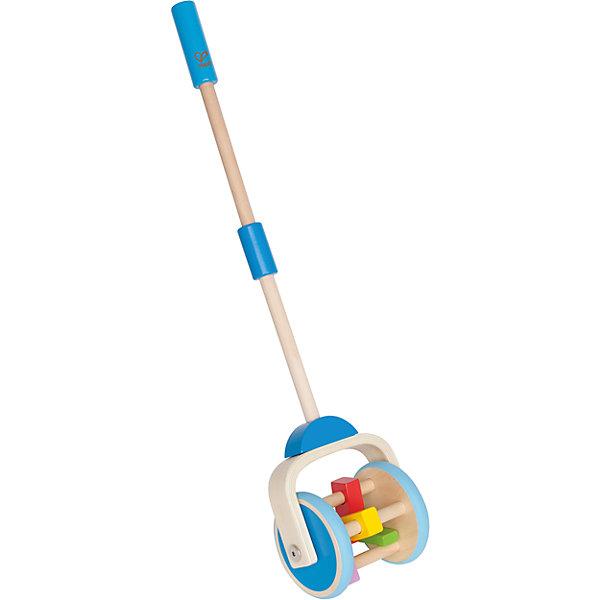 Каталка, HAPEДеревянные игрушки<br>Отличная игрушка для малышей которые только научились ходить. Веселые звуки, возникающие в процессе движения и подвижные детали (разноцветные фигурки, расположенные между колесами), вызывают интерес  ребенка и побуждают к активным движениям.<br>Игрушку можно использовать как на улице, так и в домашних условиях (прорезиненные колеса не повредят пол). Каталка выполнена из экологичных прочных материалов безопасных для малышей. <br><br>Дополнительная информация:<br><br>- Высота: 56,5 см.<br>- Материал: дерево.<br><br>Каталку, HAPE (Хапе), можно купить в нашем магазине.<br>Ширина мм: 180; Глубина мм: 180; Высота мм: 180; Вес г: 180; Возраст от месяцев: 12; Возраст до месяцев: 36; Пол: Унисекс; Возраст: Детский; SKU: 4729136;