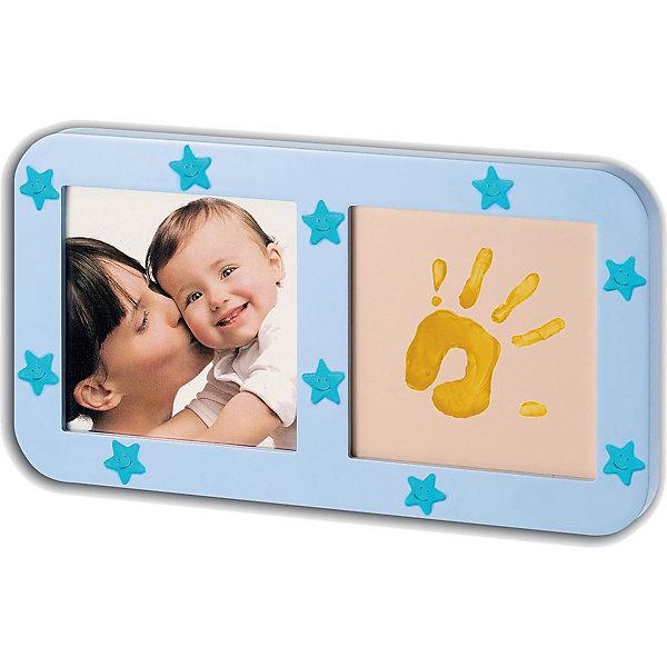 Звездная фоторамка с отпечатком, Baby ArtДетские предметы интерьера<br>Фоторамка с отпечатком «Phospho print frame» не только сохранит отпечаток маленькой ручки или ножки, но и создаст гармонию в спальне, излучая мерцающий блеск. Звездная фоторамка Baby Art (Бейби Арт) светится в темноте. Наклейки-звездочки украшают фоторамку.<br><br><br>Процесс создания отпечатка:<br>• из тюбика жидкая основа наносится на ладошку малыша, на каждый пальчик;<br>• специальным роллером основа распределяется по всей поверхности ладошки или стопы ребенка;<br>• ставится отпечаток на специальной подложке;<br>• готовый отпечаток оставляют на свежем воздухе для сушки;<br>• фоторамку украшают мерцающими наклейками в форме звездочек;<br>• в рамку вставляется фотография малыша.<br>Комплектация набора:<br>• фоторамка с подложкой и окошком для фотографии;<br>• жидкая основа в тюбике;<br>• роллер;<br>• наклейки-звездочки;<br>• инструкция. <br>Звездную фоторамку с отпечатком, Baby Art можно купить в нашем интернет-магазине.<br>Ширина мм: 325; Глубина мм: 30; Высота мм: 180; Вес г: 640; Возраст от месяцев: 0; Возраст до месяцев: 84; Пол: Унисекс; Возраст: Детский; SKU: 4986119;