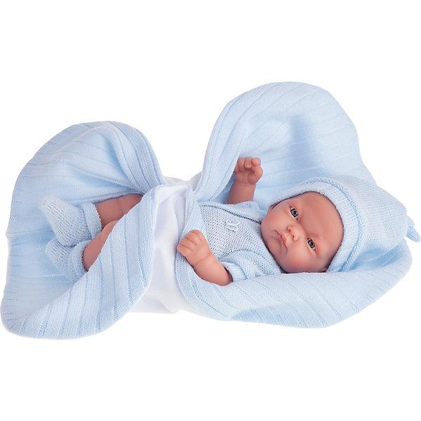 Кукла-младенец Карлос в голубом одеяле, 26 см, Munecas Antonio JuanКуклы<br>Кукла-младенец Карлос в голубом одеяле, 26 см, Munecas Antonio Juan (Мунекас Антонио Хуан).<br><br>Характеристики:<br><br>- Комплектация: кукла, одеяло<br>- Материал: винил, текстиль<br>- Высота куклы: 26 см.<br>- Глаза не закрываются<br>- Упаковка: яркая подарочная коробка<br><br>Малыш Карлос невероятно похож на настоящего младенца. Анатомическая точность, с которой выполнена кукла, поражает! Выразительные глазки, маленький носик, нежные щечки, пухлые губки, милые «перевязочки» на ручках и ножках придают кукле реалистичный вид и вызывают только самые положительные и добрые эмоции. Карлос одет в голубой вязаный комбинезон на застежке с коротким рукавом. Он дополнен украшением в форме бабочки. На голове вязаная шапочка, а на ножках носочки нежного голубого цвета. Верхняя часть шапочки завязана узлом. Кукла лежит на одеяле. С одной стороны одеяло белое флисовое, а с другой стороны - из трикотажа голубого цвета. Кукла изготовлена из высококачественного винила с покрытием софт тач, мягкого и приятного на ощупь. Голова, ручки и ножки подвижны. Кукла соответствует всем нормам и требованиям к качеству детских товаров. Образы малышей Мунекас разработаны известными европейскими дизайнерами. Они натуралистичны, анатомически точны.<br><br>Куклу-младенца Карлос в голубом одеяле, 26 см, Munecas Antonio Juan (Мунекас Антонио Хуан) можно купить в нашем интернет-магазине.<br>Ширина мм: 35; Глубина мм: 20; Высота мм: 12; Вес г: 670; Возраст от месяцев: 36; Возраст до месяцев: 2147483647; Пол: Женский; Возраст: Детский; SKU: 5055421;