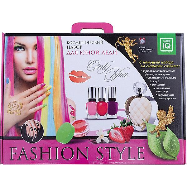 Косметический набор Fashion StyleНаборы для создания парфюмерии<br>Характеристики:<br><br>• размер: 39х29х9,5см.;<br>• в набор входит: стеклянные пробирки, флакон-роллер, стаканчик, кисточка, баночка для бальзама, пилка для ногтей, тарафареты и основа для тату, парфюмерные масла 7 шт., пчелиный воск, масло косторовое и заменитель какао, краситель, отдушки, 3 лака для ногтей, сверкающие блёстки, защитные перчатки, инструкция.;<br>• вес: 950 г.;<br>• для детей в возрасте: от 8 лет;<br>• страна производитель: Россия.<br><br>Вместе со средствами косметического набора от производителя Master IQ2 (Мастер АйКью2) девочка может стать суперзвездой буквально за час. Набор состоит из 4 частей: парфюмерии, маникюра, набора для создания бальзама для губ и временной татуировки.<br><br>Сначала можно изготовить свои неповторимые духи с помощью семи парфюмерных масел с запахом ванили, миндали, пачули, нероли, бергамота, сандала и розы. Затем можно сделать креативный маникюр с помощью необходимых инструментов и прозрачного, чёрного и цветного лака. Нежный блеск для губ со вкусом клубники, который ребёнок может сделать своими руками, поможет придать легкости и небольшого блеска. Завершающим штрихом будет временная татуировка, дополняющая звёздный образ.<br><br>Работая с этим большим набором, дети смогут развивать творческие способности, моторику рук, усидчивость, аккуратность.<br><br>Косметический набор Fashion Style можно купить в нашем интернет-магазине.<br>Ширина мм: 400; Глубина мм: 100; Высота мм: 280; Вес г: 950; Возраст от месяцев: 96; Возраст до месяцев: 180; Пол: Женский; Возраст: Детский; SKU: 5083887;
