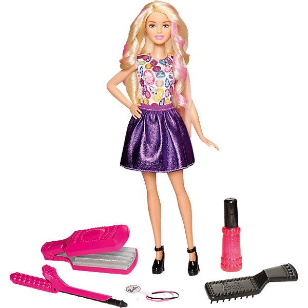 Игровой набор «Цветные локоны», BarbieBarbie<br>Характеристики:<br><br>• возраст: от 5 лет;<br>• материал: пластмасса, текстиль;<br>• в наборе: кукла, плойка, утюжок, гребень, спрей, резинки;<br>• высота куклы: 30 см;<br>• вес упаковки: 386 гр.;<br>• размер упаковки: 23х6х33 см;<br>• страна бренда: США.<br><br>Игровой набор Barbie «Цветные локоны» позволит девочке стать настоящим стилистом-парикмахером. Кукла одета в яркую юбку и топ, на ножках туфли на каблуке. Белокурая красавица обладает густыми длинными волосами, которые преображаются под действием воды и аксессуаров из комплекта.<br><br>Для начала нужно смочить пряди из бутылочки-спрея, волосы окрасятся в розовый цвет. Теперь можно приступать к завивке или сделать на волосах гофре. Волосы поменяют форму без воздействия тепла, волшебство происходит благодаря воде.<br><br>Чтобы вернуть волосы в исходный внешний вид, нужно просто намочить их и расчесать расческой из набора, дать им высохнуть.<br><br>Локоны выдерживают множество экспериментов. Игрушка выполнена из безопасных качественных материалов.<br><br>Игровой набор «Цветные локоны», Barbie можно купить в нашем интернет-магазине.