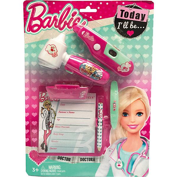 Игровой набор юного доктора на блистере, BarbieНаборы доктора и ветеринара<br>Игровой набор юного доктора на блистере, Barbie (Барби).<br><br>Характеристики:<br><br>• Материал: пластик. <br>• Размер упаковки: 30х21х4 см.<br>• Комплектация: градусник – 1 шт. ; отоскоп – 1 шт; планшет для записей с карандашом – 1 шт.; заколочка – 1 шт.<br>• Звуковые, эффекты. <br>• Отличная детализация. <br>• Элемент питания: в градусник - 2 батарейки AG10, (входят в комплект); в отоскоп - 2 батарейки AG10, (входят в комплект).<br>• Яркий привлекательный дизайн.<br><br>С этим ярким набором врача ваша девочка почувствует себя самым настоящим доктором. Все аксессуары отлично детализированы и хорошо проработаны, очень похожи на медицинские инструменты. Игрушки изготовлены из экологичного пластика, в производстве которого использованы только безопасные нетоксичные красители.<br><br>Игровой набор юного доктора на блистере, Barbie (Барби), можно купить в нашем интернет-магазине.<br>Ширина мм: 210; Глубина мм: 300; Высота мм: 450; Вес г: 163; Возраст от месяцев: 36; Возраст до месяцев: 2147483647; Пол: Женский; Возраст: Детский; SKU: 5238930;