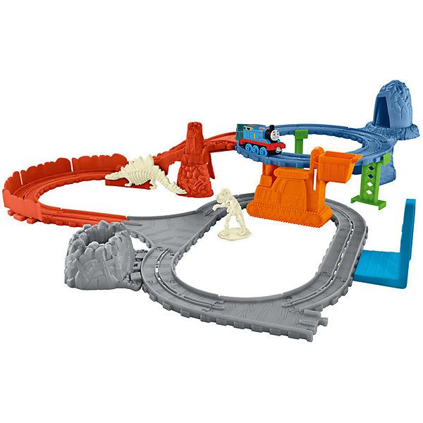 Игровой набор Раскопки динозавров, Томас и его друзьяЖелезные дороги для малышей<br>Игровой набор Раскопки динозавров, Томас и его друзья.<br><br>Характеристики:<br><br>• В наборе: паровоз, вагон, детали для сборки железной дороги, динозавр (требуется сборка), кратер<br>• Материал: пластик<br>• Упаковка: картонная коробка<br>• Размер упаковки: 40х28х7 см.<br><br>В наборе железной дороги Раскопки динозавров Томасу нужно найти все ископаемые части скелета динозавра и доставить их в музей. Томас начинает поиски в районе верхнего кольца и находит кости древних ящеров в пещере. Сложите их в ковш крана, и спустите вниз. Когда Томас едет к другой стороне кольца, происходит обвал и обнаруживается череп динозавра! <br><br>Положите череп в грузовой вагон. Последние окаменелости находятся в кратере внизу. Томас отвозит кости в музей, где из них собирают скелет динозавра! Будет трудно, но Томас справится с этой задачей! Набор подарит вашему малышу множества веселых моментов и увлекательные возможности для игры. Все элементы набора выполнены из высококачественного пластика и покрыты нетоксичными красками.<br><br>Игровой набор Раскопки динозавров, Томас и его друзья можно купить в нашем интернет-магазине.<br>Ширина мм: 405; Глубина мм: 65; Высота мм: 280; Вес г: 781; Возраст от месяцев: 36; Возраст до месяцев: 120; Пол: Мужской; Возраст: Детский; SKU: 5378281;