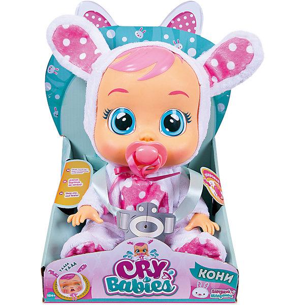 Плачущий младенец IMC Toys «Crybabies» КониКуклы<br>Характеристики:<br><br>• функциональная кукла в костюме зайчика;<br>• коллекция: Плачущий младенец;<br>• имя куклы: Кони;<br>• что умеет делать Кони: плачет, всхлипывает, вздыхает;<br>• аксессуары: пустышка на ленточке;<br>• тип батареек: 2 шт. типа LR03х1.5VхААА;<br>• батарейки в комплекте;<br>• материал: ПВХ, текстиль, пластик;<br>• высота куклы: 31 см;<br>• размер упаковки: 35х25х15 см.<br><br>Плачущий младенец Кони с виниловым тельцем носит костюм зайчика, который представлен в виде комбинезончика с капюшоном, декорированным ушками. Ровозощекая куколка по имени Кони настоящая красотка: голубые глаза, челочка, курносый носик. Но когда Кони чем-то расстроена или грустит, по её щёчкам катятся крупные слёзки. Как же успокоить малышку? Просто предложить ей пустышку или уложить на спинку. Тогда Кони успокоится и перестанет плакать. <br><br>Чтобы кукла плакала настоящими слезами, необходимо наполнить резервуар, который расположен на затылке куклы, предварительно вставив пустышку в рот куклы, чтобы вода не протекла. Резервуар наполняется очищенной бытовыми фильтрами водой.<br><br>Плачущий младенец IMC Toys «Crybabies» Кони можно купить в нашем интернет-магазине.<br>Ширина мм: 333; Глубина мм: 248; Высота мм: 182; Вес г: 765; Цвет: розовый/белый; Возраст от месяцев: 18; Возраст до месяцев: 48; Пол: Женский; Возраст: Детский; SKU: 5466291;