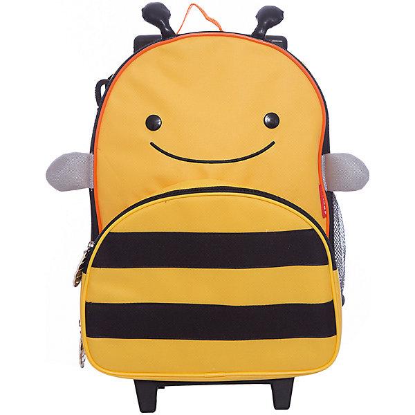 Чемодан детский Пчела, Skip HopЧемоданы и дорожные сумки<br>Характеристики товара:<br><br>• возраст от 3 лет;<br>• материал: полиэстер, пластик;<br>• размер чемодана 43х30х13 см;<br>• высота выдвинутой ручки 71 см;<br>• страна производитель: Китай.<br><br>Чемодан детский «Пчела» Skip Hop — яркий чемодан в виде желтой полосатой пчелки с крыльями и глазками. В основном отделении ребенок может разложить все необходимые ему в поездке вещи. Спереди имеется карман на молнии для мелочей, салфеток, карандашей, блокнотов. Сбоку сетчатый кармашек для бутылочки с водой или контейнера с перекусом.<br><br>Благодаря 2 колесикам чемодан легко перевозить. Ножки защищают от влаги и загрязнений. Прочный каркас не дает содержимому повреждаться. Для родителей предусмотрен съемный ремешок, при помощи которого чемодан можно переносить на плече как рюкзак. Изготовлен чемодан из прочных износостойких материалов с использованием нетоксичных красителей.<br><br>Чемодан детский «Пчела» Skip Hop можно приобрести в нашем интернет-магазине.<br>Ширина мм: 330; Глубина мм: 130; Высота мм: 460; Вес г: 1260; Возраст от месяцев: 36; Возраст до месяцев: 72; Пол: Унисекс; Возраст: Детский; SKU: 5608257;