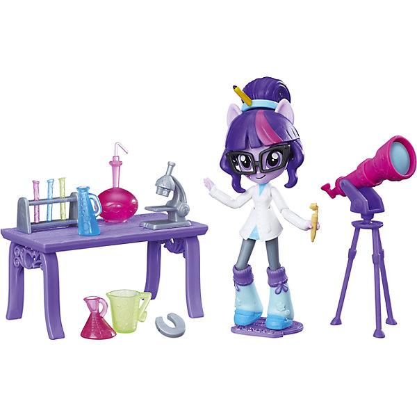 Набор с мини-куклой Equestria Girls, Лаборатория Твайлайт Спаркл (Искорка)Мягкие игрушки из мультфильмов<br>Характеристики:<br><br>• возраст: от 5 лет;<br>• материал: пластик;<br>• высота игрушки: 12 см;<br>• в наборе: фигурка, подставка, аксессуары;<br>• вес упаковки: 473 гр.;<br>• размер упаковки: 22х30х8 см;<br>• страна бренда: США.<br><br>Мини-фигурка Hasbro создана по образу героини Твайлайт Спаркл из мультсериала «Девочки из Эквестрии», выполнена в таких же цветах, обладает крупными глазками и фиолетовыми волосами. В комплекте с куколкой есть предметы для научной лаборатории. Ручки и ножки фигурки сгибаются. Игрушку можно поставить на платформу для устойчивости. Набор выполнен из качественных материалов.<br><br>Мини игровой набор мини-кукол, B4910/B9483, My little Pony, Hasbro можно купить в нашем интернет-магазине.<br>Ширина мм: 82; Глубина мм: 304; Высота мм: 228; Вес г: 484; Возраст от месяцев: 36; Возраст до месяцев: 72; Пол: Женский; Возраст: Детский; SKU: 6861704;