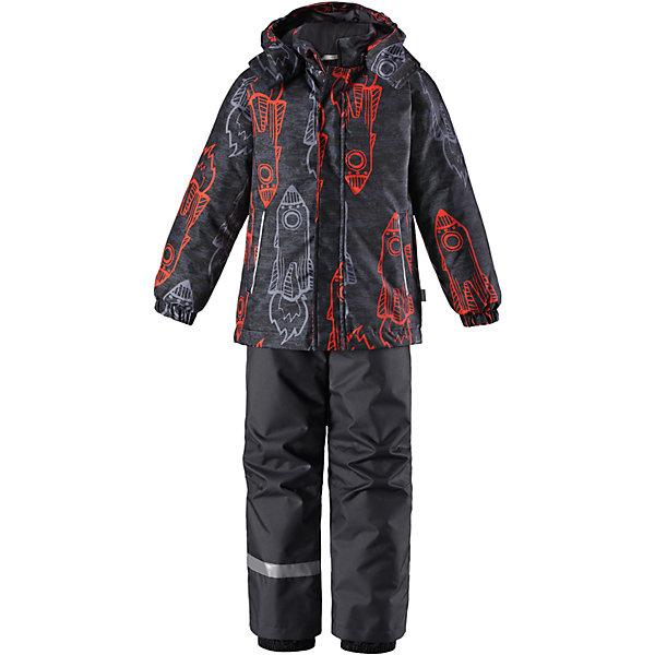 Комплект Lassie для мальчикаОдежда<br>Характеристики товара:<br>• состав: 100% полиэстер, полиуретановое покрытие;<br>• подкладка: 100% полиэстер;<br>• утеплитель: куртка 180 г/м2, брюки 100 г/м2;<br>• сезон: зима;<br>• температурный режим: от 0 до -20С;<br>• водонепроницаемость: 1000 мм;<br>• воздухопроницаемость: 1000 мм;<br>• износостойкость: 50000 циклов (тест Мартиндейла);<br>• застежка: куртка на молнии, брюки молнии и пуговице;<br>• водоотталкивающий, ветронепроницаемый и дышащий материал;<br>• гладкая подкладка из полиэстера; <br>• безопасный съемный капюшон;<br>• эластичные манжеты; <br>• снегозащитные манжеты на штанинах;<br>• регулируемые подол;<br>• регулируемые и отстегивающиеся эластичные подтяжки;<br>• два прорезных кармана;<br>• светоотражающие детали;<br>• страна бренда: Финляндия;<br>• страна изготовитель: Китай;<br><br>Этот детский зимний комплект рассчитан на активных детей, которые любят играть на улице в любую погоду. Он изготовлен из сверхпрочного материала и оснащен безопасным съемным капюшоном, который обеспечивает дополнительную защиту. Регулируемый подол куртки и подтяжки на брюках позволяют откорректировать одежду по фигуре. На концах брючин предусмотрена защита от снега, поэтому ножки останутся сухими во время игр на снегу. Красочный рисунок дополняет образ!<br><br>Комплект Lassie (Ласси) для девочки можно купить в нашем интернет-магазине.
