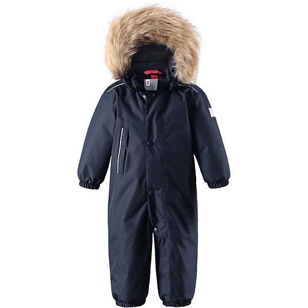 Комбинезон Reimatec® Reima Gotland для мальчикаВерхняя одежда<br>Характеристики товара:<br><br>• цвет: темно-синий <br>• состав: 100% полиэстер<br>• утеплитель: 100% полиэстер, 160 г/м2 (soft loft insulation)<br>• сезон: зима<br>• температурный режим: от 0 до -20С<br>• водонепроницаемость: 15000 мм<br>• воздухопроницаемость: 7000 мм<br>• износостойкость: 40000 циклов (тест Мартиндейла)<br>• особенности модели: однотонный, с мехом<br>• основные швы проклеены и не пропускают влагу<br>• водо- и ветронепроницаемый, дышащий и грязеотталкивающий материал<br>• утепленная задняя часть изделия<br>• гладкая подкладка из полиэстера<br>• безопасный, съемный капюшон на кнопках<br>• съемный искусственный мех на капюшоне<br>• защита подбородка от защемления<br>• эластичные манжеты и штанины<br>• эластичная талия<br>• съемные эластичные штрипки <br>• длинная молния для легкого надевания<br>• дополнительная планка на кнопках<br>• карман на молнии<br>• светоотражающие детали<br>• система кнопок Play Layers®<br>• страна бренда: Финляндия<br>• страна изготовитель: Китай<br><br>Классический зимний комбинезон на молнии для малышей очень прост в уходе и идеально подходит для всех зимних забав. Этот непромокаемый зимний комбинезон изготовлен из дышащего и ветронепроницаемого, а также водо и грязеотталкивающего материала.<br><br>Все швы проклеены, водонепроницаемы, а еще комбинезон снабжен утепленной вставкой на задней части, благодаря которой ребенку будет тепло и сухо во время зимних приключений. Благодаря гладкой подкладке из полиэстера, зимний комбинезон с капюшоном очень легко надевать и удобно носить с теплой одеждой промежуточного слоя.<br><br>Обратите внимание, что с помощью удобной системы кнопок Play Layers® к комбинезону можно присоединять разнообразную одежду промежуточного слоя Reima®. Съемный регулируемый капюшон обеспечивает дополнительную безопасность во время игр на свежем воздухе.<br><br>Кнопки легко отстегиваются, если капюшон случайно за что-нибудь зацепится. Прочные сил