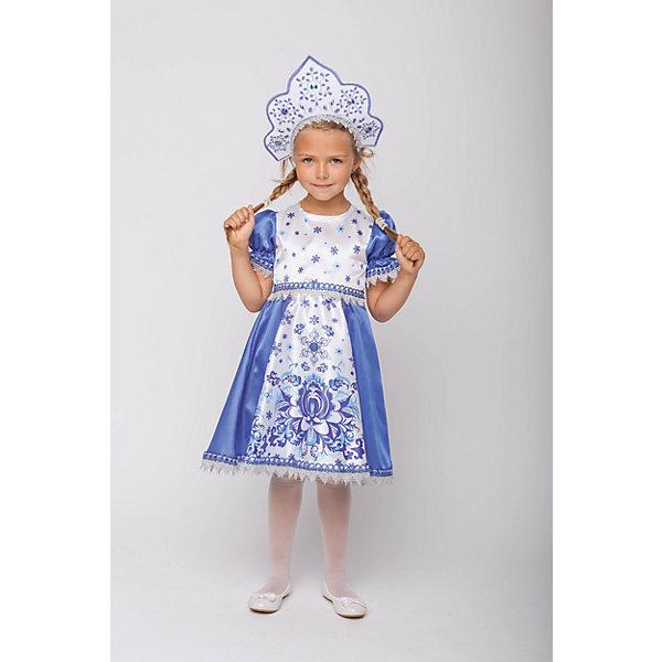 Карнавальный костюм Пуговка Снегурочка Зимние узорыВсё для новогоднего карнавала<br>Характеристики товара:<br><br>• цвет: белый/синий<br>• состав: 100% полиэстер, крепсатин<br>• в комплекте: платье, кокошник<br>• застёжка: молния на спинке<br>• платье с короткими рукавами-фонариками<br>• имеется подъюбник<br>• подол оторочен тесьмой<br>• кокошник на эластичной резинке<br>• коллекция: Русские сказки<br>• бренд: Пуговка<br>• страна бренда: Россия<br><br>Платье Снегурочки декорировано узором «под Гжель», кокошник украшен вышивкой и стразами, костюм выполнен в русском народном стиле. Этот наряд украсит любой новогодний праздник. Костюм очень удобный, не сковывает движений, и ребёнок в нём не потеет. Мягкий приятный на ощупь материал.