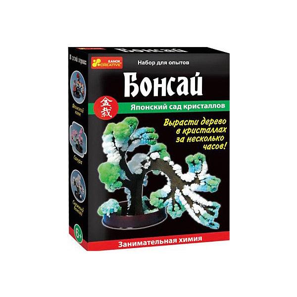 Набор для опытов БонсайВыращивание кристаллов<br>Характеристики товара:<br><br>• возраст: от 8 лет;<br>• материал: пластик, картон;<br>• размер упаковки: 14х10х3 см.;<br>• упаковка: картонная коробка;<br>• вес в упаковке: 40 гр.;<br>• бренд, страна: Ranok Creative, Украина.<br><br>Набор для опытов «Бонсай» от бренда Ranok Creative - развлечет ребенка и познакомит его с некоторыми физико-химическими явлениями. <br><br>Это настоящая лаборатория по созданию минералов. Практический опыт состоит в том, чтобы самостоятельно вырастить разноцветные кристаллы, придав им форму растения. Это занятие представляет собой химический эксперимент, трансформировавшийся в творческую деятельность. Благодаря набору можно расширить кругозор и узнать о кристаллах то, что вы раньше не знали.<br><br>Данный набор содержит подставку, держатель, жидкость для выращивания кристаллов и картонное деревце. Он станет отличным подарком для юных любителей химии и различных экспериментов.<br><br>Рекомендуемый возраст: от 8 лет, под наблюдением взрослых.<br><br>Набор для опытов «Бонсай», Ranok Creative можно купить в нашем интернет-магазине.<br>Ширина мм: 100; Глубина мм: 30; Высота мм: 140; Вес г: 40; Возраст от месяцев: 96; Возраст до месяцев: 192; Пол: Унисекс; Возраст: Детский; SKU: 7252964;