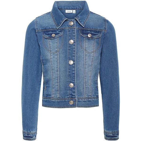 Куртка Name it для девочкиДжинсовая одежда<br>Характеристики товара:<br><br>• состав ткани: 75% хлопок, 25% полиэстер<br>• сезон: демисезон<br>• застёжка: кнопки<br>• особенности: джинсовая<br>• манжеты рукавов на кнопке<br>• карманы<br>• страна бренда: Дания<br><br>Классический воротник, силуэт чуть притален. На груди ложные карманы с клапанами на кнопках. Прорезные карманы по бокам.