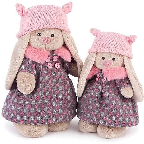 Зайка Ми в пальто и розовой шапке (малый)Мягкие игрушки зайцы и кролики<br>Характеристики товара:<br><br>• возраст: от 3 лет;<br>• материал: текстиль, искусственный мех;<br>• высота игрушки: 25 см;<br>• размер упаковки: 31х16,5х13 см;<br>• вес упаковки: 410 гр.;<br>• страна производитель: Россия.<br><br>Мягкая игрушка «Зайка Ми в пальто и розовой шапке» Budi Basa — очаровательный пушистый зайчонок с длинными ушками. На Зайке одето красивое пальто с пуговицами и меховым воротником и розовая вязаная шапочка с забавными ушками. Игрушка выполнена из качественного безопасного материала, настолько приятного и мягкого, что ребенок будет брать с собой зайку в кроватку и спать в обнимку.<br><br>Мягкую игрушку «Зайка Ми в пальто и розовой шапке» Budi Basa можно приобрести в нашем интернет-магазине.<br>Ширина мм: 310; Глубина мм: 165; Высота мм: 130; Вес г: 410; Возраст от месяцев: 36; Возраст до месяцев: 2147483647; Пол: Унисекс; Возраст: Детский; SKU: 7417250;