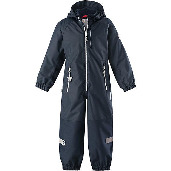 Комбинезон Kiddo Kapelli Reimatec® Reima для мальчикаВерхняя одежда<br>Характеристики товара:<br><br>• цвет: тёмно-синий;<br>• состав: 100% полиамид, полиуретановое покрытие;<br>• подкладка: 100% полиэстер;<br>• без дополнительного утепления;<br>• сезон: демисезон;<br>• температурный режим: от +5° до +15°С;<br>• водонепроницаемость: 8000/10000 мм;<br>• воздухопроницаемость: 7000/5000 мм;<br>• износостойкость: 30000/50000 циклов (тест Мартиндейла);<br>• застёжка: молния с защитой подбородка;<br>• все швы проклеены и не пропускают влагу;<br>• водо- и ветронепроницаемый, «дышащий» и грязеотталкивающий материал;<br>• водо- и грязеотталкивающая пропитка без содержания фторуглеродов BIONIC-FINISH®ECO;<br>• очень прочные усиленные вставки на штанинах;<br>• сетчатая подкладка вдоль тела, гладкая подкладка из полиэстера на рукавах и брючинах;<br>• безопасный съёмный капюшон;<br>• эластичные манжеты на рукавах и брючинах;<br>• внутренняя регулировка обхвата талии;<br>• карман со специальными креплениями для сенсора ReimaGO® в моделях 104 размера и более<br>• два кармана на молнии;<br>• прочные силиконовые штрипки;<br>• светоотражающие детали;<br>• страна бренда: Финляндия.<br><br>Детский водонепроницаемый комбинезон Reimatec® Kiddo щеголяет свежими весенними расцветками и множеством практичных деталей! Он сшит из ветронепроницаемого и дышащего материала, обладающего водо- и грязеотталкивающими свойствами. Все швы в нем герметично запаяны, поэтому даже ливень не помешает веселым играм на свежем воздухе! <br><br>Нижняя часть изготовлена из высокопрочного материала. Красивая и гладкая подкладка поможет одеться легко и быстро. Безопасный съемный капюшон легко отстегивается, если случайно за что-нибудь зацепится, а все найденные за день маленькие сокровища будут надежно спрятаны в карманах на молнии со светоотражающими элементами.<br><br>Комбинезон Reima от финского бренда Reima (Рейма) можно купить в нашем интернет-магазине.<br>Ширина мм: 356; Глубина мм: 10; Высота мм: 245; Вес 