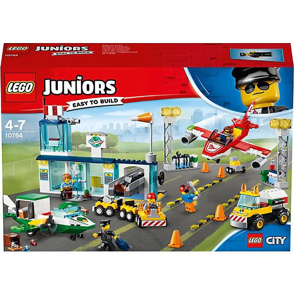 Конструктор LEGO Juniors 10764: Городской аэропортLEGO Juniors<br>Характеристики:<br><br>• возраст: от 4 лет;<br>• материал: пластик;<br>• серия Lego: Juniors City;<br>• количество деталей: 376;<br>• количество мини-фигурок: 5;<br>• вес упаковки: 898 гр.;<br>• размер упаковки: 38х9,4х26 см;<br>• страна бренда: Дания. <br><br>Конструктор Lego «Городской аэропорт» включает мини-фигурки рабочих, пилотов и туриста. В аэропорту кипит жизнь: самолеты взлетают и садятся на посадочной полосе, грузчики возят багаж на спецоборудовании, в терминале регистрируют пассажиров и проверяют багаж.<br><br>Особенности и функционал:<br><br>• пропеллеры грузового самолета подвижны;<br>• в кабину пассажирского самолета вмещается 2 мини-фигурки;<br>• на терминале есть смотровая вышка и рабочий конвейер;<br>• грузовой отсек зеленого самолета открывается.<br><br>Конструктор «Городской аэропорт» можно купить в нашем интернет-магазине.<br>Ширина мм: 386; Глубина мм: 261; Высота мм: 99; Вес г: 869; Возраст от месяцев: 48; Возраст до месяцев: 84; Пол: Унисекс; Возраст: Детский; SKU: 8005848;