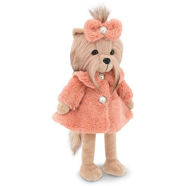 Мягкая игрушка Orange Lucky Doggy Собака Yoyo: Шик, 37 смМягкие игрушки животные<br>Характеристики:<br><br>• возраст: от 3 лет;<br>• материал:   искусственный мех, наполнитель, текстиль, пластик;<br>• цвет: бежевый;<br>• высота игрушки: 37 см;<br>• размер: 12,5х44,4х19 см;<br>• вес: 1 кг;<br>• страна бренда: Россия;<br>• бренд: Orange Toys.<br> <br>Игрушка Lucky Yoyo: Шик настолько шикарно умеет садиться в машину и выходить из неё, что любой автомобиль покажется Майбахом. Ну, или раритетным Бугатти. Ламборджини, на худой конец. Неудивительно, что с такими навыками её можно спокойно брать на мероприятия, предполагающие наличие красной ковровой дорожки и толпы фотокорреспондентов. <br><br>Конструкция игрушечной собаки устроена таким образом, что ее можно ставить вертикально или сажать на плоскую поверхность. Это позволит устраивать различные виды сюжетных игр с ее участием.<br><br>В комплекте с игрушкой прилагается стойка для нарядов, которую необходимо собрать из форм, которые вложены в упаковку.