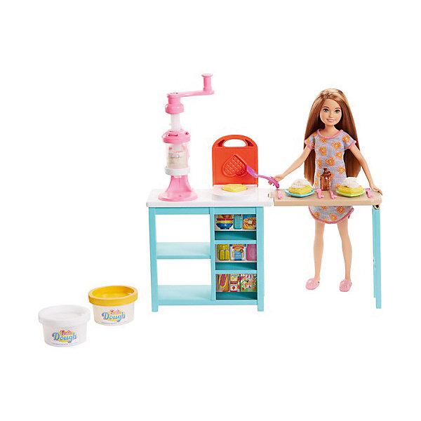 Игровой набор с куклой Barbie Завтрак со СтейсиНаборы с куклой<br>Характеристики:<br><br>• возраст: от 3 лет;<br>• материал: пластмасса, текстиль;<br>• в наборе: кукла и аксессуары;<br>• высота куклы: 14 см;<br>• вес упаковки: 235 гр.;<br>• размер упаковки: 25х23х7 см;<br>• страна бренда: США.<br><br>Набор Barbie Завтрак со Стейси включает замечательную куклу Стейси и множество предметов для организации веселого и вкусного завтрака. Кукла и предметы хорошо детализированы и проработы. В наборе есть все аксессуары для веселой игры.<br><br>С таким игровым набором можно создать большое количество сюжетных игр для вашей малышки и в компании с подружками.<br><br>Набор Barbie® Завтрак со Стейси от бренда Mattel выполнен из качественных безопасных материалов.