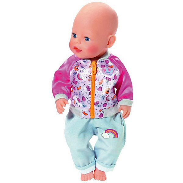 Штанишки и кофточка для прогулки BABY born, малиново-голубыеОдежда для кукол<br>Характеристики:<br><br>• одежда для куклы;<br>• высота куклы 43 см;<br>• предназначена для кукол Baby born 43 см и Baby born Сестричка;<br>• в комплекте: штанишки и кофточка;<br>• цвет: малиновый/голубой;<br>• материал: текстиль.<br><br>Теплый комплект для повседневных прогулок представлен двумя предметами одежды: кофточка на молнии и штанишки. В процессе переодевания кукол, работы с кнопками-застежками, молниями и шнурками развивается мелкая моторика детских пальчиков. Одежду можно стирать при температуре 30 градусов. <br><br>Штанишки и кофточка для прогулки BABY born, малиново-голубые можно купить в нашем интернет-магазине.<br>Ширина мм: 285; Глубина мм: 225; Высота мм: 45; Вес г: 78; Цвет: розовый; Возраст от месяцев: 36; Возраст до месяцев: 72; Пол: Женский; Возраст: Детский; SKU: 8596868;