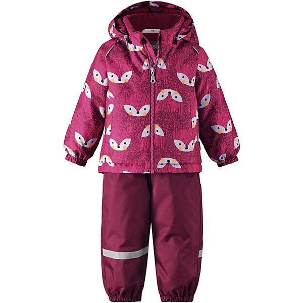 Комплект Lassie : куртка и брюкиКомплекты<br>Характеристики товара:<br><br>• состав: 100% полиэстер, полиуретановое покрытие <br>• подкладка: 100% полиэстер <br>• утеплитель: 100% полиэстер, 180/140 гр/м2, средняя степень утепления <br>• температурный режим: от -15 до -30С <br>• сезон: зима <br>• водонепроницаемость: 1000 мм <br>• воздухопроницаемость: 1000 мм <br>• износостойкость: 50000 циклов (тест Мартиндейла) <br>• застёжка: молния с защитой подбородка <br>• задний серединный шов проклеен <br>• водо- и ветронепроницаемый и грязеотталкивающий материал <br>• гладкая подкладка из полиэстера <br>• безопасный съемный капюшон <br>• регулируемый подол курточки <br>• полукомбинезон застёгивается на молнию сбоку <br>• эластичные манжеты на рукавах <br>• эластичные манжеты на брючинах <br>• эластичные и регулируемые подтяжки <br>• съёмные эластичные штрипки <br>• светоотражающие детали <br>• страна бренда: Финляндия<br><br>Данный температурный режим рассчитан на совмещение данной модели с термобельем или флисовой поддевой.<br><br>Информация о технических характеристиках носит справочный характер и основывается на последних доступных сведениях от производителя.<br><br>Зимний комплект для малышей изготовлен из прочного, ветронепроницаемого и дышащего материала с верхним водо- и грязеотталкивающим слоем. Безопасный съемный капюшон украшает кайма из искусственного меха, а регулируемый подол позволяет откорректировать куртку по фигуре. Обратите внимание на удобные съемные штрипки, за счет которых брюки не будут задираться, и съемные регулируемые подтяжки – брюки не будут спадать.Вся одежда Lassie производится с запасом роста +6 см. Производитель рекомендует использовать термобелье и флисовую поддеву для сильных морозов.