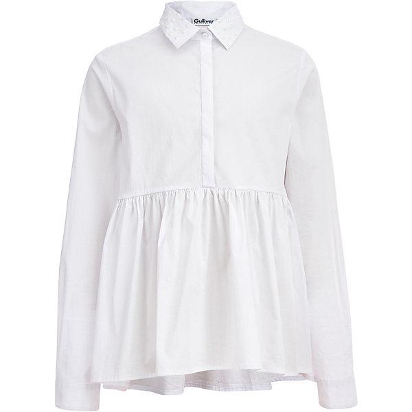 Блузка Gulliver для девочкиБлузки и рубашки<br>Характеристики товара:<br><br>• цвет: белый;<br>• состав: 68% хлопок, 29% полиэстер, 3% эластан;<br>• сезон: круглый год;<br>• застёжка: пуговица на горловине;<br>• особенности: школьная, нарядная;<br>• манжеты рукавов на одной пуговице;<br>• воротник-стойка декорирован жемчужинами;<br>• трапециевидный силуэт;<br>• коллекция: Итальянские каникулы;<br>• страна бренда: Россия.<br><br>Белая блузка из коллекции Итальянские каникулы выглядит необычно. Объемная баска на сборке, создающая свободный трапециевидный силуэт, делает модель острой и интересной. Мелкие жемчужные полусферы в оформлении воротника придают модели нежность и обаяние.